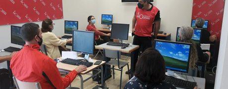 Taller de informática básica y dispositivos móviles en el Centro Social Prodean 1
