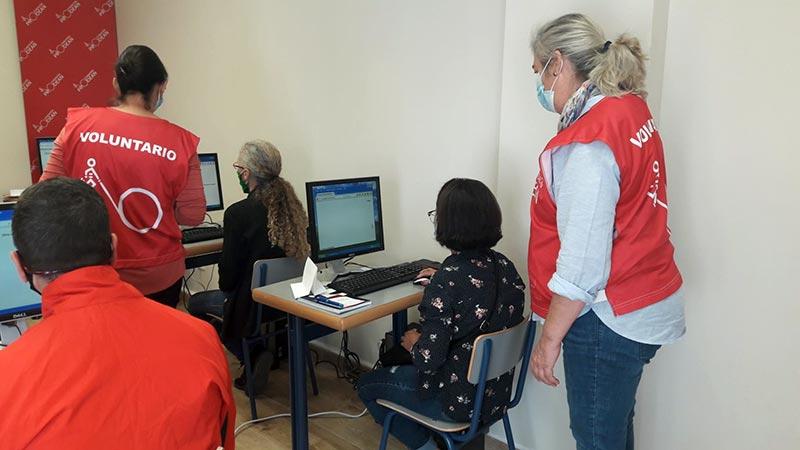 Taller de informática básica y dispositivos móviles en el Centro Social Prodean 4