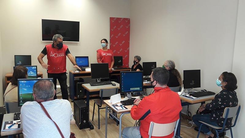 Taller de informática básica y dispositivos móviles en el Centro Social Prodean 5